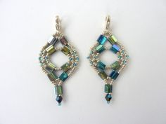 Easy and FREE beading pattern for geometric earrings using 5mm tila beads, a 4mm crystal, and 11/0 seed beads.