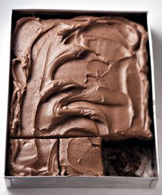 Ingredients 235 ml cocoa powder 3 ml bicarbonate of soda 4 large eggs 425 ml light-brown sugar 180 ml sunflower oil 370 ml self-raising flour ICING: 270 ml butter or margarine 850 ml icing sugar, sifted 150 ml cocoa powder, sifted milk Tray Bake Recipes, Flour Recipes, No Bake Desserts, Baking Recipes, Cake Recipes, Cake Cookies, Cupcake Cakes, Food Cakes, Kos
