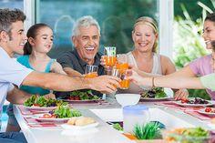 Neben Tier- und Umweltschutzgründen sprechen auch gesundheitliche Vorteile für eine vegan-vegetarische Ernährung. Immer mehr Ernährungsexperten befürworten eine pflanzenbasierte Ernährungsweise. Diese ist bei guter Planung für alle Lebensphasen geeignet und wirkt sich positiv auf die Lebenserwartung aus.