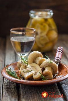Len 10 minút času vám zaberie príprava tejto vyhlásenej pochúťky. Vynikajúco sa hodí ako príloha ku grilovaným pochúťkam, ale skvele ochutia aj zeleninové šaláty. Pripravte si bleskové marinované huby. Preserves, Pickles, Cucumber, Food To Make, Almond, Garlic, Stuffed Mushrooms, Easy Meals, Yummy Food