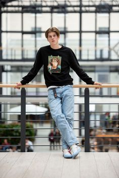 29 October Berlin: The singer Ruel stands in the Estrel Hotel at an interview appointment of the dpa at a railing. The from Australia is on tour in Europe for the first time. Photo: Lisa Ducret/dpa (Photo by Lisa Ducret/picture alliance via Getty Images) Grunge Guys, Aesthetic Boy, Perfect Boy, Fashion Moda, Hot Boys, Handsome Boys, To My Future Husband, Cute Guys, Pretty Boys