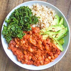 An old favourite - a quick cannellini bean stew with marinated kale, brown rice and avocado. Such a good weeknight supper ☺️ Find the recipe on deliciouslyella.com, or click the link in our bio