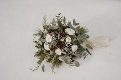 Braustrauß für eine Winterhochzeit Christmas Wreaths, Floral Wreath, Holiday Decor, How To Make, Floral Crown, Flower Crowns, Flower Band, Garland