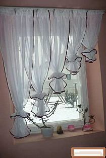 "Install your curtains otherwise! - Rideaux et embrasses""swag"" - Dekoration Kitchen Curtains, Drapes Curtains, Drapery, Window Drapes, Breakfast Nook Curtains, Breakfast Nooks, Rideaux Design, Kitchen Window Treatments, Curtain Designs"