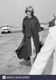 A young Diana Princess of Wales leaving London s Heathrow Airport in September 1981 Stock Photo Princess Diana Wedding, Princess Diana Fashion, Princess Diana Pictures, Princess Of Wales, Princes Diana, Charles And Diana, Jane Seymour, Lady Diana Spencer, Queen Of Hearts