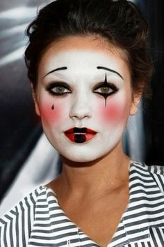 Weiße Theaterschminke, roter Lippenstift und schwarzer Kajal verwandeln jedes Gesicht in eine traurige Pantomime.    #Kostüm  #Karneval  #Halloween  #Fasching