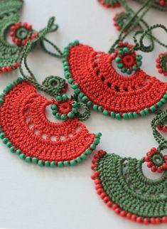 Kolye işlemeli otantik Authentic necklace embroidered should Leer, Lower Saxony Textile Jewelry, Fabric Jewelry, Crochet Accessories, Handmade Accessories, Love Crochet, Crochet Flowers, Crochet Bracelet, Crochet Earrings, Yarn Crafts