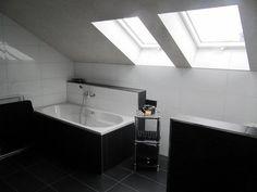 Ein Robuste Und Rustikale Badezimmer überschwemmt Mit Grau Gewaschene Wände  Zwischen Strukturierten Fliesen Böden Und Eine Schräge Holzdecke. Natüru2026