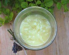 Lavendel handcreme: # 1/3 kop zoete amandelolie, # 2 e.l.kokosnoot olie, # 2 e.l. olijfolie, # 3 e.l. geraspte bijenwas, # 30-35 dr.lavendel. Amandel-,kokosnoot- en olijf olie in pannetje en zachtjes opwarmen. Haal pan van vuur en doe geraspte bijenwas erbij.Voeg als laatste e.o.toe.Dunnere creme 2 e.l.bijenwas.