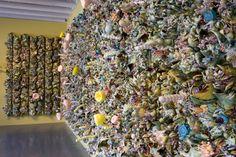 Susan Beiner, Synthetic Reality, 2008 Porcelaine, mousse, polyfil, panneau de bois, H. : 200 cm, L. : 500 cm