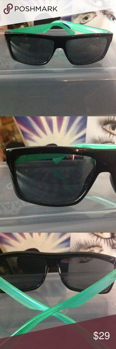 """MENS QUAY BLACK & GREEN SUNNIES AUTHENTIC QUAY...... BLACK FRAMES WITH REALLY COOL PEARLIZED ARMS. THE HAVE THE QUAY STANDARD UV3 POLYCARBONATE SUN PROTECTION LENSES. EVENTHOUGH THESE SUNNIES ARE BRAND NEW ONE OF THE ARMS WAS SHIPPED WITH A VERY SLIGHT BLEMISH. SHOWN IN THE LAST PHOTO. PRICE REFLECTS THE FACT BUT IT IS """"HONESTLY"""" BARELY NOTICEABLE. Quay Australia Accessories Sunglasses"""