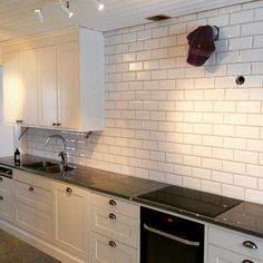 Biselado vit 10×20 kan göra alla kök till ett franskt bistrokök#kök#kitchen#kakel#tiles#norrlandskakel