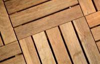 Quadrotte Iroko Una trentennale conoscenza nella lavorazione del legno (orientata per lunghi anni ad una vasta produzione di battiscopa e profili per l'arredamento) consente oggi a La San Marco Profili di proporsi con autorevolezza nel panorama di produttori qualificati di legni da esterno per la casa, coniugando alla sensibilità per tutto ciò che è bello ed elegante la confidenza con i materiali più pregiati e resistenti, e offrendo una gamma molto vasta di legni, pavimenti per esterni .