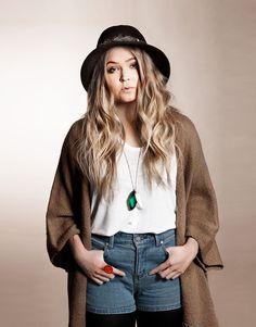 No Fashion Victims -blogin Emmi Tissarin suunnittelemassa Cailap by Bloggers-malliston pitkässä kaulakorussa on kivi- ja hammasriipukset. Kaulakoru nyt verkkokaupassa 7,45 €