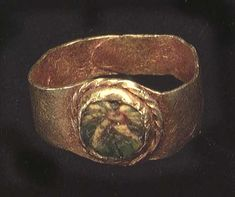 A ROMAN GOLD RING, ca. 1st-3rd century AD. The small ring set with mosaic glass. 13 mm.