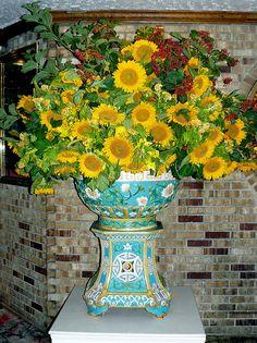 Sunflowers in gorgeous vase Sunflower Arrangements, Floral Arrangements, Wild Flowers, Beautiful Flowers, Happy Flowers, Kansas State Flower, Vincent Van Gogh, Sunflower Family, Tavern On The Green
