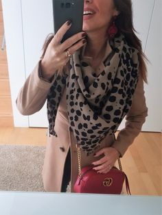 How to style a red handbag with black and camel. How to wear your red handbag. Best outfits with a red bag. How to wear colors in your outfits. White Outfits, New Outfits, Cool Outfits, New Fashion Trends, Fashion Bloggers, Style Fashion, How To Look Expensive, Red Handbag, Malene Birger