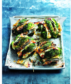 Sage and halloumi roasted broccoli with caramelised leeks This low calorie recipe is easy to prepare and the delicious combination of broccoli, halloumi slices and caramelised onions makes this a winning dish Vegetable Recipes, Vegetarian Recipes, Cooking Recipes, Healthy Recipes, Hallumi Recipes, Vegetarian Roast, Lasagna Recipes, Carrot Recipes, Broccoli Recipes