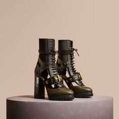 Discover women's shoes from Burberry, a runway-inspired collection. Shop from a variety of boots, kitten wedges, ballerinas & flat shoes and pumps