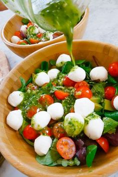 Caprese Salad with Pesto Dressing: 1 bag Mixed salad 2 handfuls Cherry tomatoes 2 handfuls Mozzarella 1 Avocado Pesto (ideally home made, but the fresh stuff from the fresh pasta aisle will do!) Olive oil Juice of 1 lemon. Vegetarian Recipes, Cooking Recipes, Healthy Recipes, Recipes With Pesto, Pasta Recipes, Veggie Salads Recipes, Dishes Recipes, Whole30 Recipes, Juice Recipes