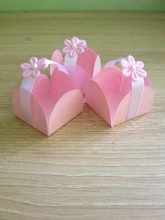 Te mostramos 12 tiernas ideas para entregar souvenirs o pequeños recuerdos en un baby shower de color rosa. Escoge cualquiera de estas lind...