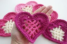 To crochet some hearts for Valentine is such a fun way of preparing for this special day! I found some crochet heart patterns that are absolutely adorable! Crochet Motif, Crochet Flowers, Crochet Stitches, Free Crochet, Knit Crochet, Crochet Baby, Crochet Hearts, Crochet Frog, Crochet Bunting