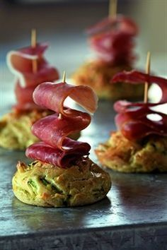 Minicakes with courgette and ham Finger Food Appetizers, Finger Foods, Appetizer Recipes, Savoury Baking, Appetisers, Clean Eating Snacks, I Love Food, Food Inspiration, Catering