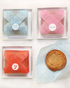 DIY for easy cookie envelopes to give as gifts or favors. Cookie Envelope How-To: Cut an square of tissue paper. Fold all four corners around the cookie. Seal with a sticker. You can monogram your stickers using initials, numbers, or phrases. Cookie Packaging, Food Packaging, Packaging Ideas, Clever Packaging, Baby Shower Favors, Baby Shower Parties, Shower Party, Shower Gifts, Baby Showers