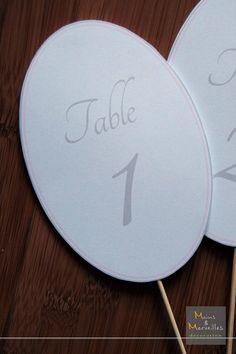 Numéro de table ovale à piquer dans votre composition florale. Gris perle et rose poudré. http://www.mainsetmerveillesdeco.fr/