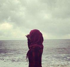 Hijabi girl looking out in the sea Hijab Niqab, Mode Hijab, Hijab Outfit, Muslim Hijab, Hijabi Girl, Girl Hijab, Islamic Fashion, Muslim Fashion, Muslim Girls