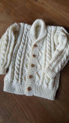 Espalda de la chaqueta corta para niña de lana roja. Hecha