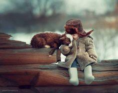 A fotógrafa Russa Elena Karneeva teve a ideia de realizar um ensaio juntando crianças e animais selvagens.