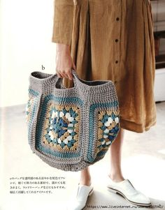 Easy knit shawl patterns for beginners Japanese patterns and designs Granny Square Bag, Granny Square Crochet Pattern, Crochet Stitches, Free Crochet Bag, Diy Crochet, Crochet Crafts, Crochet Handbags, Crochet Purses, Shawl Patterns