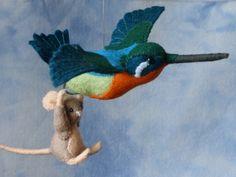 Jippie ik vlieg Een klein muisje mag voor het eerst vliegen, hij hangt aan de pootjes van een prachtige kolibrie