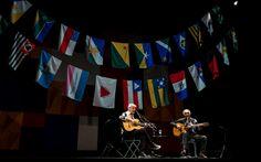 Caetano Veloso e Gilberto Gil tocam e cantam juntos em SP. A turnê batizada de 'Dois Amigos, Um Século de Música' celebra os 50 anos de carreira de cada um