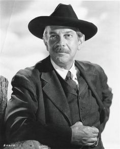Raymond Massey Hooray For Hollywood, Golden Age Of Hollywood, Black N White Images, Black And White, Raymond Massey, Creepy Clown, Glamour, Por Tv, Great Movies