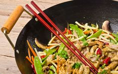 The wok, a healthy and quick way to cook Chinese Dishes Recipes, Asian Recipes, Healthy Recipes, Ethnic Recipes, Healthy Appetizers, Beef With Oyster Sauce, Traditional Chinese Food, China Kitchen, Cooking Wine