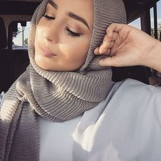 Prepare yourself for a very elegant winter hijab style with these 15 hijab outfit ideas. We'll help you stay warm and stylish with your hijab! Islamic Fashion, Muslim Fashion, Modest Fashion, Hijab Turban Style, Hijab Outfit, Muslim Girls, Muslim Women, Hijab Makeup, Modele Hijab