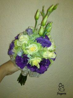 Dziś powrót do bukietów ślubnych... Kolorystyka wbrew pozorom, stonowana. Oliwkowa jasna zieleń hortensji z lekkim błękitnym odcieniem oraz śmietankowy budyń róży vanilla, przełamałam fioletem eust...