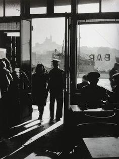 1910 - 2009     Fotógrafo francés     Hizo fotografía callejera en la época de la post-guerra. Fue uno de los fundadores junto con Henr...