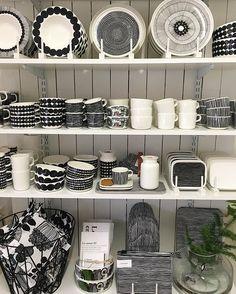 #marimekko #frökenfunkis #rumsgran #lesacenpapier Marimekko, Vintage Enamelware, Interior Decorating, Interior Design, Living Furniture, Kitchen Essentials, Kitchen Items, First Home, Scandinavian Design