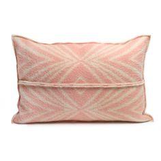**feels right originals** (unieke, handgemaakte artikelen)  Kussen gemaakt van een wollen deken. Het kussen heeft een te gek lijnenpatroon in roze met crème. Het binnenkussen is van veren zodat het kussen zijn vorm en dikte houdt.  Breedte: 60 cm Hoogte: 40 cm
