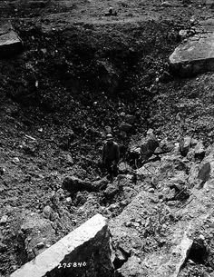 Un GI dans un trou de bombe à La Pointe du Hoc.