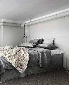 Breathtaking Loft - via Coco Lapine Design Modern Contemporary Living Room, Modern Bedroom, Bedroom Decor, Bedroom Ideas, Scandinavian Interior Bedroom, Gray Interior, Interior Design Website, Home Interior Design, Tranquil Bedroom
