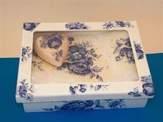 Kit lavabo: linda caixa com tampa de vidro, branca com flores azuis, acompanha sabonete e toalha lindamente decorados com decoupage. <br>Combinação perfeita da caixa com sabonete e toalha.