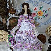 Купить или заказать Тильда кукла Твила текстильная, интерьерная. в интернет-магазине на Ярмарке Мастеров. Кукла Твила - дружелюбная темпераментная, активная. Она красива как цветок нежна и мудра. С радостью украсит Ваш интерьер, станет хранительницей Вашей семьи, поселит в ней тепло, нежность, счастье. Ведь авторская кукла – это изысканное произведение искусства, это неординарный, очень приятный и уместный подарок друзьям, родственникам или себе на праздники и без повода))) Платье куклы…
