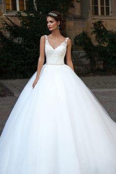 Vestiti da Sposa con Strascico Lungo,Scollo v,Confezionato in Raso e Pizzo con Cintura in Raso e Brillantini