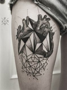 Wonderful geometric black-and-white heart tattoo on thigh