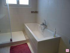 carrelage noir pour la salle de bain noire, baignoire blanche ...