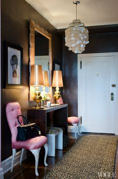 What a glam entrance! Leopard, pink tufted chairs, black walls, gold lamps?! Ahhhhhh!